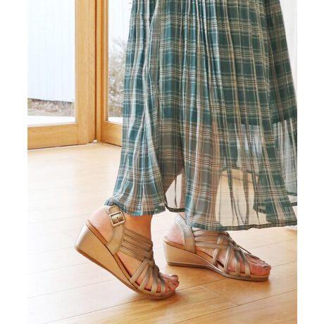 """[型番:21418]【Summer Collection】メッシュ状に編まれたストラップがクラフト感のあるカジュアルなウェッジサンダル。ゆったりサイズで窮屈感のない足入れが魅力の「モードカオリ」注目アイテムです。""""足当たり柔らかなレザー""""足馴染みのいい本革を使用。足の甲を優しくホールドしてくれるデザインで歩きやすい。バックル裏には内ゴムが入っているので着脱もラクチンです。""""高すぎず低すぎない5cmヒール""""ウェッジの魅力である安定感をキープしながら、美脚効果も期待できそう。中敷は足裏の形にフィットするフットベットタイプのインソール。厚めの低反発クッションで足への負担を軽減してくれるから、快適な履き心地です。""""どんなコーディネートとも相性の良いカラー展開""""服装を選ばない定番カラーや、アクセントになるメタリックカラーを揃えました。スカートやワンピースはもちろん、パンツスタイルにもおすすめ。カジュアルにもきれいめにも幅広いスタイリングにお使いいただけます。履きやすさと使いやすさを兼ね備えた、「モードカオリ」のウェッジサンダルです。"""