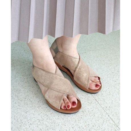 """【Summer Collection】甲を深く覆うクロスデザインで足にフィットしてくれる「モードカオリ」のプラットサンダル。""""足当たりの良いレザー""""履くたびに馴染む柔らかな牛革を使用しています。ストラップ部分はゴムが付いているので、着脱も楽ちんなのが嬉しい。""""ソフトな履き心地が魅力のプラット製法を採用""""アッパーと裏中、中底を一体化して袋状に縫い合わせるプラット製法は足を優しく包み込み、歩行の疲れを軽減。ソールはフラットで返りが良く長時間のおでかけにもおすすめです。""""どんなコーディネートとも相性の良いカラー展開""""レザー本来の風合いが楽しめる一足で、パンツやデニムにはもちろん、スカートやワンピースにも合わせやすいカラーリングになっています。履きやすさと使いやすさを兼ね備えたプラットサンダルです。[型番35640]"""