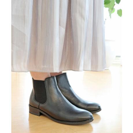 """モードカオリのラウンド 撥水 サイドゴア ファスナー  防滑 ソール【MODE KAORI Collection】サイドゴア仕様のショートブーツ。着脱をサポートする内ファスナー付きのデザインで履きやすい「モードカオリ」注目アイテムです。""""水をはじく撥水レザーを採用""""革の繊維層が水を吸い上げにくい作りになっていて天候に左右されず、いつものオシャレを楽しめます。(完全防水ではありません。)""""雨や雪道でも安心なブルーグリップソール""""ソールの青い部分が他より突起しているので滑りにくく、柔かな素材になっています。中敷には厚めの低反発クッションを使用しているから歩行時の衝撃を吸収します。""""どんなコーディネートとも相性の良いカラー展開""""これからの季節にぴったりなダークトーンのカラーを揃えました。装飾のないシンプルなデザインだから幅広いスタイリングにお使いいただけます。長く愛用できるデザインで、履きやすさにもこだわった「モードカオリ」のショートブーツです。[型番:21399]"""