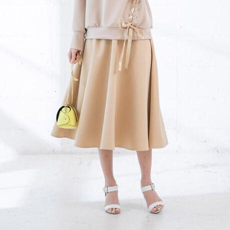 クイーンズコートのグログランサーキュラースカート。今季のサーキュラースカートはいつもよりも丈を長く仕立てアップデート!毎回大人気のサーキュラースカートの人気の理由は美しいシルエット!360度立体感のあるシルエットながらベーシックで使いやすいのでどんなアイテムともコーディネートしやすいです。緯糸に太さの異なった糸を織り重ねることによって、太いコード状のうねのある表情を出した素材でお作りしています。固く密に織る事によって、ほど良いハリ感を演出。美しいシルエットがより引き立つグログラン生地をセレクトし、表面感のある見映えに格上げしました◎インベルトはラメ入りのものに変更していて、吊り感まで可愛い1枚に進化しています。洗濯機で洗えるイージーケアも嬉しいポイント。■model:163cm 着用サイズ:S----------------------------------------------------------------洗濯方法家庭洗濯:液温は30℃を限度とし、洗濯機で非常に弱い洗濯ができる。自然乾燥:吊り干しがよい。アイロン:底面温度150℃を限度としてアイロン仕上げができる。ドライクリーニング:石油系溶剤による弱いドライクリーニングができる。----------------------------------------------------------------※画像の商品はサンプルとなりますので実際の商品と仕様、加工、サイズが若干異なる場合がございます。※お客様のモニター環境により実際のお色と多少異なる場合がございます。関連ワード:シンプル ナチュラル キレカジ フェミニン ガーリー エレガント 無地 ワンポイント ゴム フレアスカート[型番:2211-10164]