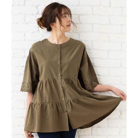 トレンドの2段ティアードがフェミニンなブラウス。薄手のコットン100%素材で夏にも最適な1枚です。袖には同色のスカラ刺繍が入っており、大人っぽい印象に。チャコール・ネイビー・カーキの3色展開です。■オリジナルブランドコンセプト■『女性らしさ・自分のこだわり・リラックス』の3つのコンセプトのもと,カジュアル感とフェミニン感をミックスさせたスタイルを表現。自分らしさをさりげなく主張出来るデイリーカジュアル。[型番:33016241]