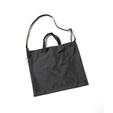 [型番:6701132061]MELO(メロ)『持ち運びの便利な別注トート』アメリカをバックブランドMELOの別注トート。ファクトリーブランドならではの品質の高さを誇った軽量且つ、耐久性を持った品質の良さが特徴。シンプルなスクエアタイプで持ち運びも便利な収納型のためセカンドバックやお買い物用の袋としてもおすすめです。MELOタグを通常のものと異なるホワイトネームを使用したスペシャルなアイテムです。・手に持っても地面に付きにくい最適なサイズ感・軽くて強度も強く、発色の良い200デニールナイロンの素材を使用・ショルダーを付けることで使い勝手とオシャレ感アップ・マチの無いサイズレスなトートバッグ・パッカブルになるので、使いやすい。・近年減少傾向のUSA製、NEWYORKの工場で現在も生産しています。・MELOのホワイトネームはnano・universeのみの特別なネームです。MELO(メロ)メロは1985年にアメリカニューヨークでスタートしたバッグのファクトリーブランドです。創業当時から現在まで一貫して、MADE IN USA , MADE IN NEWYORK に拘って生産され続けています。メロバッグは非常に軽く、丈夫でカラー豊富なバッグです。近年ではメロファクトリーの縫製や品質スキルの高さをかわれ、戦地での医療応急処置用の特殊規格品をアメリカ陸軍や海軍用、消防、警察関係にも生産しています。他のバッグカンパニーにでは見られない特殊な縫製機械やテクノロジーに対する設備投資を積極的に行い、アメリカ国内のミリタリーマーケットでは注目されるまでに成長しました。メーカーNO:F11-C-NU■取り扱い方法素材の特性から濃色のものは、発汗、摩擦等により多少脱色、色移りすることがありますので、お取り扱いにご注意ください。■素材・原産国について素材  ナイロン原産国 アメリカ※こちらの商品の画像はサンプルを使用しているため、一部製品と仕様が異なる場合がございます。この点をご了承の上、お買い求めください。