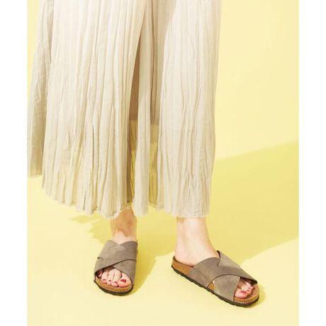 [型番:6711135022]■リュスクな雰囲気香る大人顔サンダル■クロスデザインが足元を華奢に魅せるスエードサンダル。大人に似合う落ち着いたカラーが大人の装いにしっとりと馴染みます。立体形状のフッドベッドが履き込むほど足にフィットし、快適な履き心地をアシスト。素足でもソックス合わせでも履けるので、一足あると重宝するアイテムです。・クロスデザインのスエードサンダル・大人に似合う落ち着いたカラー・履き込むほど足にフィットする履き心地・シンプルで合わせやすいデザイン・素足でもソックス合わせでも◎・ナノ・ユニバースでしか手に入らない特別なアイテム・店舗では買えない【WEB限定】アイテム ◆AUTENTI by penta◆1981年にスペイン・ジローナで創業した老舗シューズメーカー。スペイン特産のジュート(麻)を使って伝統的なエスパドリーユを製造してきた有名メーカー。スペインにおいて、数あるジュートサンダルメーカーの中でもハイクオリティーなブランドとして位置づけられており、そのクオリティーの高さは、有名ブランドや高級店がオリジナルサンダルの製造を委託するほど。 ※こちらの商品は水や雨に濡れたり、汗による湿気、乾燥状態での摩擦により色落ちし、薄い色の衣服などに色移りする可能性がございます。予めご了承いただき、ご使用の際にはご注意くださいますようお願い致します。【対応サイズ】【36】 23cm【37】 23.5-24cm【38】 24.5cm【素材】(甲材)牛革スウェード (底材)合成底【原産国】スペイン製