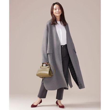 [型番:6690211020]■たっぷりとしたボリューム感でリュクスな装いに■たっぷりとした贅沢なボリューム感が特徴のコート。表裏で異なるデザインのリバーシブル仕様や、シルエットを変えられるベルト付きと、アレンジ力の高さも魅力。ウール混で暖かな素材ながらも、リバー仕立ての軽い仕上がりでデイリーの着回しにぴったりです。―DETAIL―・トレンドライクなビッグシルエットコート・裏表で異なるデザインを楽しめるリバーシブル仕様・顔周りをすっきりと演出する深めのVネック・シルエットをアレンジできる共布ベルト付―FABRIC―・程よい膨らみ感のダブルフェイス素材・軽い仕上がりと高級感が特徴のリバー仕立て・暖かなウール混素材―STYLING―・リバーシブル仕様とベルトアレンジで着回し自在・オフィスから休日のお出掛け、お呼ばれなど様々なシーンで活躍model: H167cm 着用サイズ: 38◆nano・universe◆【素材】ポリエステル64% 毛28% アクリル3% レーヨン3% ナイロン2% 【原産国】中国製■商品注意事項■こちらの商品は水や雨に濡れたり、汗による湿気、乾燥状態での摩擦により色落ちし、薄い色の衣服などに色移りする可能性がございます。予めご了承いただき、ご使用の際にはご注意くださいますようお願い致します。