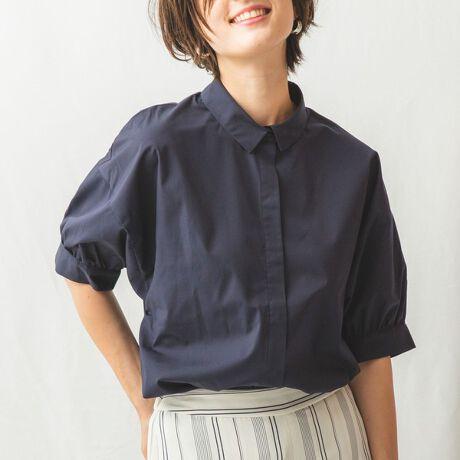 ナラカミーチェ(NARACAMICIE)の袖コンシャス半袖シャツ。ドロップショルダーを採用して、シルエットに抜け感をプラスした半袖シャツです。無地生地のためすっきりとした印象。袖口にギャザーを施しふっくらとデザインしました。ボタンの隠れるフライフロントを前立てには採用しています。コンパクトな襟もポイント。UVカット加工を施したサマーシーズンにおすすめのアイテムです。・エステネージュUVはUVカット性のあるファブリックです。・前たてはフライフロント仕様になっています。・ストレッチなし・多少の透け感あり・カラー展開はホワイト(白)、ネイビー(紺)・サイズ展開は1(M)9号・3(2L)13号[型番:30-91-04-805]