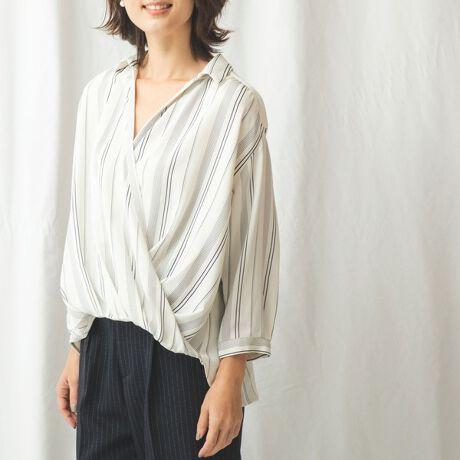 ナラカミーチェ(NARACAMICIE)のストライプダブルクロスカシュクール風七分袖シャツ。ストライプ柄のダブルクロス生地で仕立てた、カシュクール風の七分袖シャツです。緩やかな抜き襟デザインで、首元に女性らしい抜け感を出せます。フロントはきれいなドレープラインが生まれ、さりげなくボディラインをカバーしてくれるのも魅力。軽やかさがありシワになりにくく、日常のコーディネートに気軽に取り入れられます。・プルオーバー・ストレッチなし・透け感なし・カラー展開はホワイト(白)、ネイビー(紺)・サイズ展開は1(M)9号・3(2L)13号[型番:30-91-02-711]