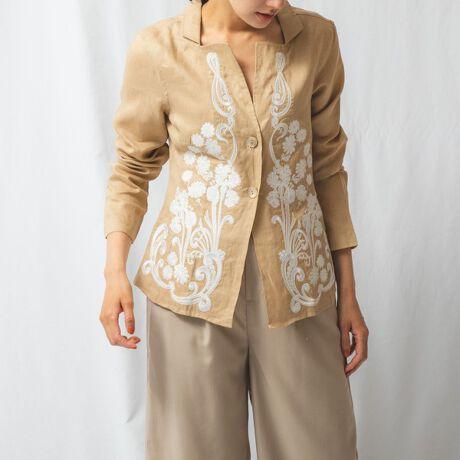 ナラカミーチェ(NARACAMICIE)のエンブロイダリー麻スタンドカラー長袖シャツ。前身頃にダイナミックな刺繍が施された、襟付きデザインの長袖シャツ。さらりとしたタッチの麻100%素材を使って、盛夏まで活躍する涼やかな1枚に仕上げました。豊富なカラーバリエーションで、それぞれ着用したときの雰囲気が異なるのがポイント。カーディガンのように羽織としても取り入れられ、冷房対策にも一役買ってくれます。・ストレッチなし・多少の透け感あり・カラー展開はホワイト(白)、カーキ、ベージュ、ブルー、ネイビー・サイズ展開は0(S)7号・1(M)9号・2(L)11号・3(2L)13号・4(3L)15号・5(4L)17号[型番:10-91-01-267]