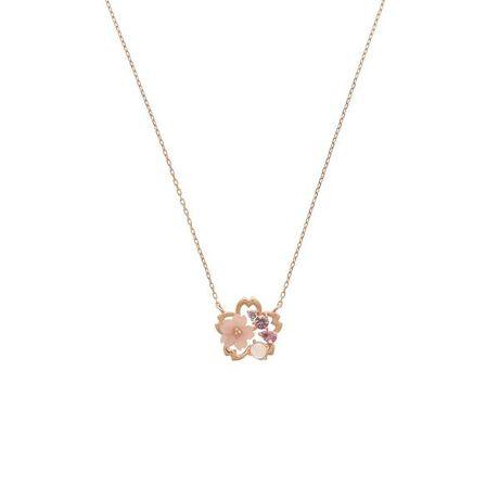 [型番:00132110460102]◇SAMANTHA SILVA(サマンサシルヴァ)のSAKURAネックレス暖かく穏やかな春の風に吹かれ可愛らしいピンクの花が踊るように舞う様子を表現したSAMANTHA SILVAの桜ジュエリー。エンジェルスキンカルサイトのミルキーピンクの優しい色の桜を中心に花が踊るように舞っている様子をデザインしました。カルサイトという石は対人関係を円滑にしてくれると言われお守りジュエリーに適しています。新しい生活が始まり新たなる出会いがたくさんある春は明るいピンクカラーの桜ジュエリーを身に纏って。