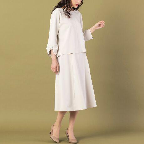 [型番:51046101]ストレッチ性のある肉厚なハイゲージカットソー素材を使用した女性らしいフレアスカート◆ セットアップ対応◆ Hand wash OK[ Design & Styling ]適度に厚みがあるので落ち感とシルエットがきれいに出るアイテム。ジョーゼット風の布帛生地はしわにもなりにくく、イージーケアで表情感が大人っぽいフレアスカートです。オン・オフ使うことができ、シンプルなデザインとカラーリングで幅広いシーンで着られるアイテム。程よい感じにトレンドを感じさせるニュアンスカラーも◎同素材のブラウスと合わせてワンピース風に着こなすのもおすすめ。ウエストはオールゴム仕様でカジュアルにもフェミニンにも着こなしやすく、ストレスフリーなはき心地です。ベージュ、ネイビーの全2色。同素材のアイテムブラウス/ 51126103[ About Item ]生地感: 普通伸縮性: あり透け感: なし裏 地: 総裏洗 濯: 水洗い可※末永くご愛用いただくため、付属の洗濯表示・アテンションタグをよくご覧いただきますようお願いします。※モデル身長: 166cm/ 38号着用[ RoseTiara Brand Concept ]フェミニンな愛らしさと 大人のエレガンスを一度にまとう服 「可愛い」をずっと手放さない あなたのためのブランドです素材選びからデザイン、パターンまで一貫して行い、タックの向きやギャザー分量、フリル位置などサイズに合わせて調整することで美しいシルエットと着心地の良い服を提案します*撮影環境により光の当たり具合で色味が違って見える場合があります。*商品画像はサンプルのため、色味やサイズ、プリント位置、仕様などに変更がある場合があります。*取扱い表示をご確認の上、着用をお願いします。*50号は一部の店舗・ONLINE SHOPのみの展開となります。取扱いしていないサイトもございますのでご了承ください。※比較対照価格はメーカー希望小売価格です。