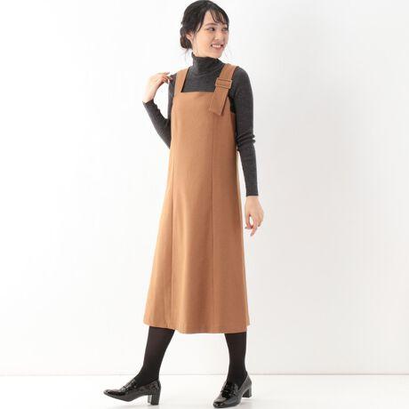 カールパークレーンのツムギートバックル付ジャンスカストンと着られる楽ちんさとキレイさを兼ね備えたジャンパースカート。ワンポイントのバックル使いがポイント。バックもほんのりと絞ってあって、後ろ姿も美シルエット。裾も今年らしくスリット入り。[型番:116013]