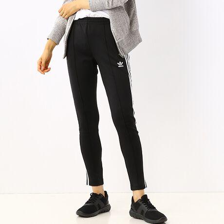 アディダス オリジナルス(adidas originals)の【アディダスオリジナルス】パンツ(SSTTRACKPANTSPB/ジャージ)。あらゆるディテールへのこだわりが変革をもたらす。生活、衣類、環境-このウィメンズトラックパンツを着用することにより、日々に意識を。リサイクル繊維を用いて仕上げたスリムフィットパンツ。サイドにスリーストライプスをあしらったデザイン。Primeblueは、海岸や海沿いの地域で、海に流入する前に回収されたプラスチック廃棄物をアップサイクルして生まれたParley Ocean Plastic?の素材を採用しています。[型番:GD2361]
