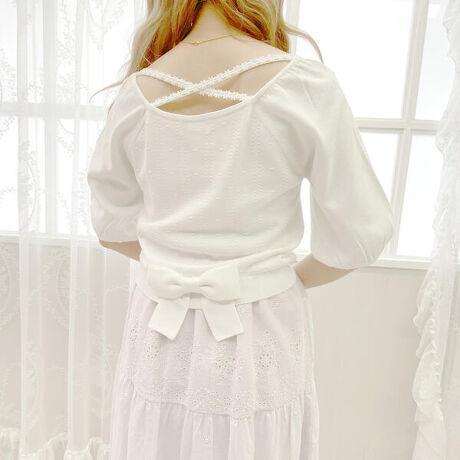 ロディスポットのバックリュバンパフニット。【LODISPOTTO - 2021 spring collection -】オリジナルのケーブル編み×ドット柄モチーフ編みが乙女心をくすぐる、こだわりたっぷりのニットです。背中開きはフラワークロスストラップ&大きな裾リボン付きで後ろ姿もぬかりなく仕上げました。[型番:740400487451911]