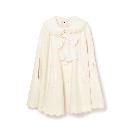 ロディスポット(LODISPOTTO)のFairy リュバンポンチョコート/ mille fille closet。ラウンドカラーとポケット口にリボンを添え、裾と袖口をスカラップカットにしたポンチョコートです。ふわりと羽織るだけで、ロマンティックなクラシックスタイルが演出できます。リボンはお好みで取り外しが可能です。~mille fille closet by LODISPOTTO~[ミルフィーユクローゼット バイ ロディスポット] [型番:775170471450202]
