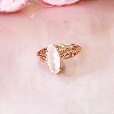 [型番:GJAR0283]ローズクォーツの魅力を表現したパウダーピンクが印象的でロマンティックなリング。縦長のオーバルカットのローズクォーツは、石の裏側にフロスト加工を施したことで、表面の艶やかな部分を透過し、曇りガラスのような柔らかい色味が透けて見え、ふんわりとしたパウダリーなピンクが表現されています。ローズクォーツは「優しさ」「思いやり」「愛」を象徴する石といわれ、古くから「恋愛運、美、愛」のお守りとされてきました。ピンクのジュエリーを身につけてハッピーを呼び込もう!【PinkPinkPink】