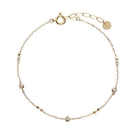 VA ヴァンドーム青山のK18YG ダイヤモンド ブレスレット身に着ける人の動きに合わせて輝きを放つイエローゴールドのパーツとダイヤモンドがリズミカルに並んだステーションタイプのブレスレット。3つの石座には照り返しがついていて、ダイヤモンドに光を集めて、より華やかな印象に。ベーシックなデザインなのでお手持ちの腕時計やブレスレットとの重ね着けもオススメです。[型番:GGVB0011LSDI]