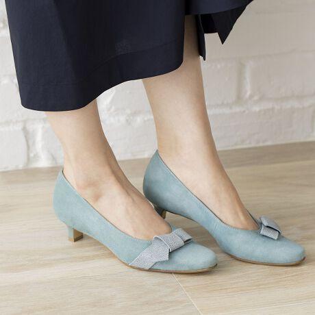 [型番:612104]◆「美人百花」3月号掲載アイテム(グリーン)◆すっときれいなシルエットのパンプスです。負担を感じずに履ける3.5cmヒール。リボンのモチーフがレディな印象です。全色撥水素材なので雨や汚れがしみこみにくく、きれいな状態を保ちやすいのもうれしいポイント。