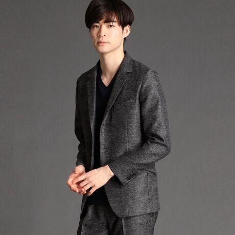 ハイダウェイのストレッチカラミジャケット。上端まで釦止めできるカバーオールタイプの一重ジャケットです。衿端にワイヤーを入れる事で様々な着こなしが出来る様にし、背裏を無くす事でより軽く、清涼感が出るようにしています。生地にはストレッチのカラミ織り素材を使用。合繊特有の光沢感と杢調の見え方、カラミ織り特有のメッシュ調の隙間による通気性と軽い着心地が特徴です。家庭洗濯でき、シワになりにくく、速乾性のあるイージーケア性も魅力の素材です。同素材でパンツも展開しているのでセットアップでの着用もおすすめです。同素材パンツ=ストレッチカラミパンツ(品番:1165-5133)ハイダウェイ<ブラックライン>品質を重視し、シックで落ち着いた雰囲気の高級感のあるテイストを基本とし、より大人の男性も着回しやすいシンプルなビジネス対応も視野にいれたドレカジスタイルをも提案。ネームも特別なブラックタグを使用し、より高級感を演出しています。※画像の商品はサンプルです。実際の商品とは仕様・加工・サイズ・素材が若干異なる場合がございます。[型番:1165-3532]