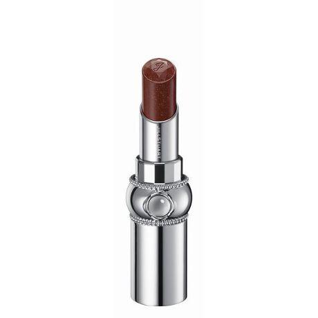 [型番:SILB005]しずくを纏った花びらのようなきらめき。みずみずしく透明感溢れる発色とフレッシュなツヤで唇を彩るリップ。<商品特長>●みずみずしいツヤと透明感溢れる発色で、唇をピュアに彩るリップスティック。単色で使用すればナチュラルな色づきに、重ねればニュアンスとツヤをプラスできます。●グロッシースムースオイル配合でするすると伸び広がり、ツヤ高くみずみずしい使用感を実現します。●化粧もちアップ成分※配合により唇にピタッと密着することで、ツヤとうるおいが持続します。●抱水性の高いペーストオイルと美容剤により、乾燥から唇をしっかりと守るスキンケア効果が期待できます。●凛と咲く一輪の花をイメージしたデザイン。ヴィンテージモダンの世界観を継承したボディに、ぷるんとしたリップの質感を想起させるクリスタルカボションを施しました。ミラーを持ち上げると口紅の色が見える窓付きです。●アルコール(エチルアルコール)フリー、パラベンフリー。●クリスタルフローラルブーケの香り。※化粧もちアップ成分はポリプロピレンです。