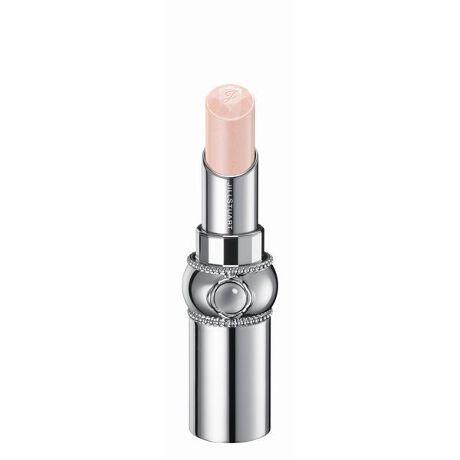 [型番:SILB010]しずくを纏った花びらのようなきらめき。みずみずしく透明感溢れる発色とフレッシュなツヤで唇を彩るリップ。<商品特長>●みずみずしいツヤと透明感溢れる発色で、唇をピュアに彩るリップスティック。単色で使用すればナチュラルな色づきに、重ねればニュアンスとツヤをプラスできます。●グロッシースムースオイル配合でするすると伸び広がり、ツヤ高くみずみずしい使用感を実現します。●化粧もちアップ成分※配合により唇にピタッと密着することで、ツヤとうるおいが持続します。●抱水性の高いペーストオイルと美容剤により、乾燥から唇をしっかりと守るスキンケア効果が期待できます。●凛と咲く一輪の花をイメージしたデザイン。ヴィンテージモダンの世界観を継承したボディに、ぷるんとしたリップの質感を想起させるクリスタルカボションを施しました。ミラーを持ち上げると口紅の色が見える窓付きです。●アルコール(エチルアルコール)フリー、パラベンフリー。●クリスタルフローラルブーケの香り。※化粧もちアップ成分はポリプロピレンです。