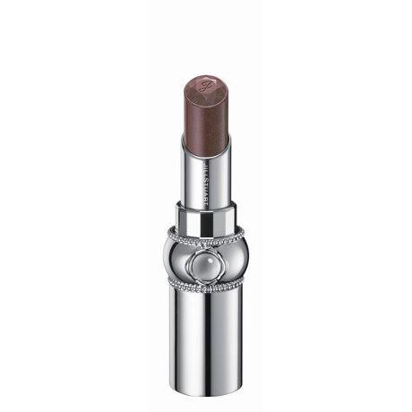 [型番:SILB102]しずくを纏った花びらのようなきらめき。みずみずしく透明感溢れる発色とフレッシュなツヤで唇を彩るリップ。<商品特長>●みずみずしいツヤと透明感溢れる発色で、唇をピュアに彩るリップスティック。単色で使用すればナチュラルな色づきに、重ねればニュアンスとツヤをプラスできます。●グロッシースムースオイル配合でするすると伸び広がり、ツヤ高くみずみずしい使用感を実現します。●化粧もちアップ成分※配合により唇にピタッと密着することで、ツヤとうるおいが持続します。●抱水性の高いペーストオイルと美容剤により、乾燥から唇をしっかりと守るスキンケア効果が期待できます。●凛と咲く一輪の花をイメージしたデザイン。ヴィンテージモダンの世界観を継承したボディに、ぷるんとしたリップの質感を想起させるクリスタルカボションを施しました。ミラーを持ち上げると口紅の色が見える窓付きです。●アルコール(エチルアルコール)フリー、パラベンフリー。●クリスタルフローラルブーケの香り。※化粧もちアップ成分はポリプロピレンです。