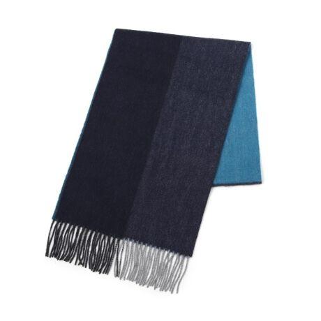 [型番:07009204]【デザインポイント】シンプルな無地カラーを4面で切り替え、巻いたときに簡単におしゃれを楽しめるマフラーです。さりげなく見えるヘリンボンの織り地がカシミヤの素材とあいまってより高級感をもたせています。【素材・特性】世界で最高品質と言われる中国・内モンゴル産カシミヤを使用し、原毛を染めてから糸を作り、アザミの実で起毛したマフラーです。滑らかな触り心地、贅沢な光沢は、カシミヤならではのもの。伸縮性に富んでいて型崩れしにくいのもカシミヤの魅力です。本年度の生産より、原毛の段階で繊維の毛羽を取り除き、防縮加工をしてあります。この加工により家庭内での洗濯を可能にしました。※比較対照価格はメーカー希望小売価格です。