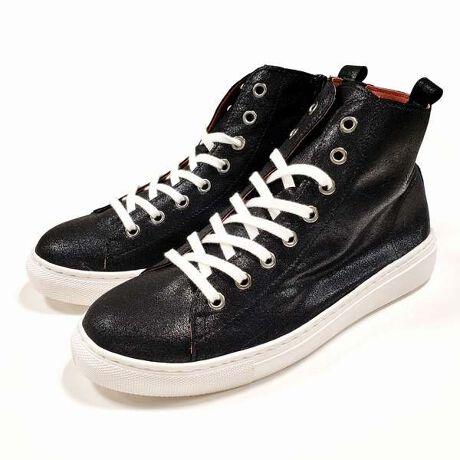 アミティエの日本製柔らか生地使いハイカットスニーカーです。柔らかな生地を使った光沢感のある1足は、ホワイトソールで大人っぽいデザインに仕上がりました。<日本製ならではの特徴>○薄手の光沢生地1枚でのお作りとなっております そのため強度が必要な履き口などは、裏に柔らかなPU素材を貼り付け。 足触りの柔らかな履き心地です○スマートに魅せつつ、日本人の足に沿うソールなので狭すぎません○内側ファスナー有りで脱ぎ履きらくちん<最大の特徴>「屈曲する両脇から、ソールが剥がれてくる」・・・この状況、スポーツメーカーの同様デザインではけっこうありがちなんです。  ↓↓ 日本製スニーカーはココが違う! ↓↓『ソールとアッパーを縫い合わせている仕様なので、剥がれの心配がありません!!』剥がれてしまうのは、接着しているせい。それを防ぎ、長く長くお履き頂くために、ソールを縫い縫いしております。なので、屈曲する両脇も、つま先も、剥がれる心配なく快適にお履き頂けます♪こだわって作っているからこそ、大人レディに履いて頂きたいスニーカーなのです。●履いてみました●<<普段23.0cmパンプス着用>>「Mサイズでちょうどよかったです。有名なハイカットのキャンバススニーカーも履いていますが、このスニーカーは柔らかくて全然履き心地が違いました。やっぱり日本製って違うんですね、柔らかいし幅も痛くないし、ファスナーもあるしシンプルで可愛いです♪」#メイドインジャパン #ハイカット #スニーカー#内ファスナー #柔らか #レースアップスニーカー[型番:8993]