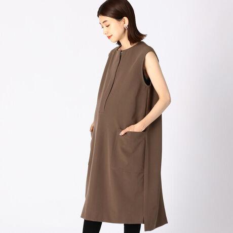 コムサ・ブロンドオフの〔マタニティ〕ダブルクロス ノースリーブドレス。《デザイン》コクーンシルエットで産前産後すっきりと着られます。ファスナーをあけて簡単に授乳が可能です。赤ちゃんを抱っこしてもファスナーがあたらない仕様です。一枚でドレスとしても、インナー合わせでジャンパースカートとしても着こなせます。フロントを少しあけて抜け感のあるスタイルが楽しめます。《素材》4WAYストレッチのダブルクロス素材です。中肉で膨らみがあることで、シルエットを美しく保ちます。マットな光沢感と滑らかな肌触りが特徴です。[型番:22-32OW03-201]