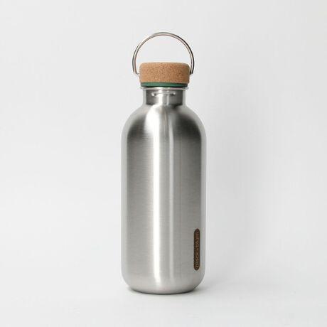 [型番:14474991402]常温の水などの飲料の持ち運びに便利なウォーターボトルです。\nコルク素材のスクリューキャップにはステンレスのループ状の持ち手付き。\n本体は保温・保冷機能のないステンレス製。\nたっぷり容量の約600mlサイズです。\n\n<black+blum(ブラックブルム)>\nイギリスのノーサンブリア大学で工業デザインを勉強したダン・ブラックが、1998年に同級生とともに設立。多様で創造的な街の1つであるロンドンを拠点としています。<black+blum>は今、世界で需要が高まっている、食事や飲料を持ち運びに焦点を当て商品を開発しています。このカテゴリーの商品が、ヘルス&ウェルネス、そしてエコロジカルに通じると信じ、人々の健康的で豊かなライフスタイルの実現を目指しています。\n\n【注意事項】\n※商品を使用前に、タグ等に記載されている「取り扱い上の注意書き」、「洗濯表示」を必ずご確認ください。\n※商品画像は、光の当たり具合やパソコンなどの閲覧環境により、実際の色味と異なって見える場合がございます。予めご了承ください。\n※商品の色味の目安は、商品単体の画像をご参照ください。\n\n店舗へお問い合わせの際は、全国のBEAUTY & YOUTH各店舗まで下記の品名/品番をお申し付け下さい。\n品名:black+blum WATER BOTTLE  品番:1447-499-1402