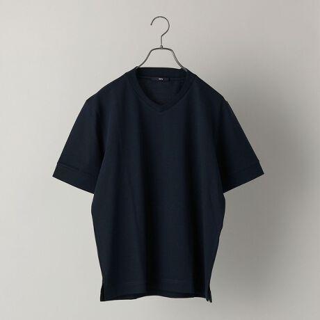 シップスの【WEB限定】SHIPS: 形態安定 防シワ加工 テレワーク ビズ Vネック Tシャツ。ジャケットのインナーに最適なVネックカットソー!夏場にも最適な半袖バージョンが登場!多種多様なスタイルに変化してきているビジネスシーンにおいて、おすすめの画期的なカットソーアイテムに半袖バージョンが仲間入り!ロングスリーブ同様、こちらもVネックのデザインを少しアレンジしたジャケットのインナーとして最適なショートスリーブのTシャツへ仕上げたWEB限定のアイテム。Vネックを浅めに設定することでカジュアルすぎず、後襟にかけて少しづつリブを高くしエレガントさをプラスしており、また、特殊な加工を施し、洗濯しても形が安定的な防シワ効果もありメンテナンスのしやすさもポイント。形態安定により襟周りも崩れにくく、ジャケットやネックストラップを付けていても汚れなどが付きにくいというメリットもございます。カットソーの素材もほのかに光沢感のあるキレイ目な伸縮性のある生地を採用しており、着心地も抜群ですので、新たなビジネススタイルにもうってつけのアイテム。複数で持ち揃えていただきたい一品です。こちらは、クルーネックとポロシャツバージョンもございます。クルーネック 品番:112-11-5368ポロシャツ 品番:112-11-5381※モールサイトによって(ハイフン/-)抜きでの品番表記となります。※生産状況により店舗にて販売する場合もございます。※屋外での撮影画像は、光の当たり具合で色味が異なって見える場合があります。商品の色味は、スタジオでの詳細画像をご参照ください。※画像の商品はサンプルです。実際の商品と仕様、加工、サイズが若干異なる場合がございます。[型番:112115367]