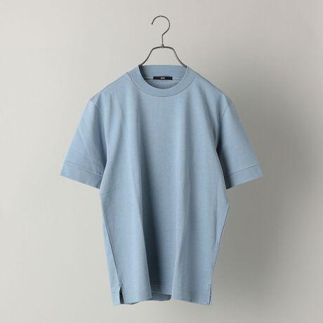 シップスの【WEB限定】SHIPS: 形態安定 防シワ加工 テレワーク ビズ クルーネック Tシャツ。夏場でも快適!新たなビジネススタイルにマッチしたジャケットのインナーに最適なショートスリーブTシャツ多種多様なスタイルに変化してきているビジネスシーンにおいて活躍してくれる、SHIPSオリジナルの画期的なカットソーから半袖バージョンが登場。こちらは、クルーネックのデザインを少しアレンジしたジャケットのインナーとして最適なショートスリーブのTシャツです。一見モックネックのように見受けられますが、そこまで高い設定ではなく、後襟にかけて少しづつリブを高くしエレガントさをプラスしております。また、特殊な加工を施し、洗濯しても形が安定的な防シワ効果もありメンテナンスのしやすさもポイント。形態安定により襟周りも崩れにくく、ジャケットやネックストラップを付けていても汚れなどが付きにくいというメリットもございます。カットソーの素材もほのかに光沢感のあるキレイ目な伸縮性のある生地を採用しており、着心地も抜群ですので、新たなビジネススタイルにもうってつけのアイテム。複数で持ち揃えていただきたい一品です。こちらは、Vネックとポロシャツバージョンもございます。Vネック 品番:112-11-5367ポロシャツ 品番:112-11-5381※モールサイトによって(ハイフン/-)抜きでの品番表記となります。※生産状況により店舗にて販売する場合もございます。※屋外での撮影画像は、光の当たり具合で色味が異なって見える場合があります。商品の色味は、スタジオでの詳細画像をご参照ください。※画像の商品はサンプルです。実際の商品では色味、また一部仕様が変更になる場合もございますので、予めご了承ください。[型番:112115368]