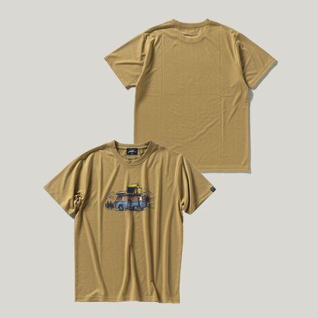 シップスの【SHIPS別注】UNITED BY BLUE: CAMPING CAR プリント Tシャツ。UNITED BY BLUE×SHIPSの別注Tシャツペットボトル由来のリサイクルポリエステル糸の綿ライクな天竺素材を使用した、UNITED BY BLUE×SHIPSの別注Tシャツ。通気性と速乾性にも優れた素材となっております。胸元にオールドなキャンピングカーのプリント、バックにはUNITED BY BLUEのブランドロゴをプリントした、見るだけで山へ出かけたくなる様な、気分が高揚するデザインに仕上げています。普段使いはもちろん、アウトドアなどアクティブなシーンにもおすすめのアイテムです。【UNITED BY BLUE】2010年アメリカ・フィラデルフィアにて創業したアウトドア・アパレルブランド。自分たちが住む環境を守りたいという思いからUNITED BY BLUEはスタートしました。ブランド名には「我々は海や川でつながっている」というメッセージが込められています。オーガニックコットンやリサイクル素材など、環境に配慮した素材を厳選しての物作りとともに、アメリカでは製品を1つ販売するたびに、海や川から1ポンドのゴミを取り除くという活動が世界中で注目を集めています。※画像の商品はサンプルです。実際の商品と仕様、加工、サイズが若干異なる場合がございます。[型番:112121120]