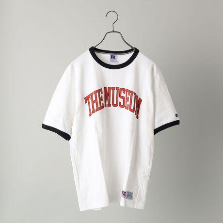 シップスの【WEB限定/SHIPS別注】RUSSELL ATHLETIC: カレッジ プリント リンガー T。大好評のカレッジ風プリントを採用したSHIPS別注のリンガーTシャツ1902年創業の由緒正しい老舗スポーツウエアブランド【RUSSELL ATHLETIC】(ラッセル・アスレティック)とSHIPSの共同開発で仕上げたWEB限定のTシャツ。首や袖に配色のリブをデザインしたトレンドのリンガーTシャツに仕上げ、アメリカンカルチャーをイメージしたポップなロゴをカレッジ風にプリントを施しました。素材の特徴とプリントによる絶妙なバランスとリンガーデザインが相まって、90年代のような雰囲気があり、どこか懐かしくもクールな今の気分にマッチしたアイテムに仕上げております。肩幅や身幅を微調整した、ややリラックス感のあるシルエットに修正を施し、より完成させたシルエットとなっており、女性の方にもおすすめのTシャツです。【RUSSELL ATHLETIC】1902年創業のファクトリーをルーツとし、メジャーリーグや一部のアメリカンフットボールチームのユニフォームを製造していたこともある、由緒正しい老舗スポーツウエアブランドです。※生産状況により店舗にて販売する場合もございます。※屋外での撮影画像は、光の当たり具合で色味が異なって見える場合があります。商品の色味は、スタジオでの詳細画像をご参照ください。※画像の商品はサンプルです。実際の商品と仕様、加工、サイズが若干異なる場合がございます。[型番:112115392]