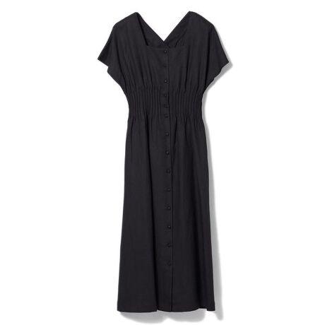 [型番:3612121007]フィット&フレアのコントラストに気品が薫るサマードレス。ナチュラルなムードのリネン混素材に清涼感が溢れます。スカートは歩くたび優雅に揺れるフレアでありながらも、広がりすぎない知的なシルエット。二の腕を覆う広めの袖はスタイルアップのポイントに。ウエスト周りに入ったピンタックでくびれ&脚長効果も期待大。細見えするシルエットながら後ろゴムのため締め付け感はなく、緩やかなフィット感で着用頂けます。インナーにキャミソールワンピースが付属しているので、透け感を気にせず着られるのもうれしいポイント。フロントボタンを開ければ羽織としても着用可能なので、幅広いスタイリングをお楽しみ頂けます。・・・・・・・透け感:なし裏地:インナーキャミワンピース付き伸縮性:なし生地の厚さ:普通ポケット:ありケア方法:ドライクリーニング・・・・・・・※商品画像はサンプルのため、色味やサイズ等の仕様に変更がある場合がございますので、予めご了承ください。※比較対照価格はメーカー希望小売価格です。