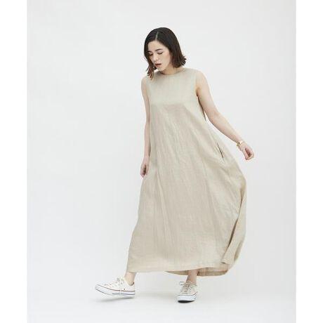 [型番:3612121001]マキシ丈が大人な印象のリネン素材のサマードレス。ナチュラルなムードで着られるゆったりとしたシルエットが魅力的です。裾にかけてフレアになったシルエットが、女性らしさの中に動きやすさをプラスしてくれます。サイドについたポケットもさりげなく嬉しいポイント。きれいめサンダルでのレディなスタイリングから、スニーカーやフラットサンダルでのラフなムードの着こなしまで、気分やスタイルによって幅広く活躍する1着。これからのシーズン、リゾートやワンマイルウェアとしてもオススメのノースリーブワンピースです。・・・・・・・透け感:ややあり裏地:あり伸縮性:なし生地の厚さ:やや薄手ポケット:あり・・・・・・・※商品画像はサンプルのため、色味やサイズ等の仕様に変更がある場合がございますので、予めご了承ください。※比較対照価格はメーカー希望小売価格です。