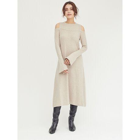 ドロシーズのフェイクデザインニットワンピース絶妙なバランスの肌見せで大人顔に仕上げたオープンショルダーのニットワンピース。肌触りの良い素材を使用し、デイリーに着たくなる1着に仕上げました。Aラインのワンピースシルエットやフレアの袖など、女性らしいディティールがたっぷり詰まったレディな1枚。さりげない肌見せにセンシュアルなムードが薫り、大人な印象で着こなして頂けます。さらりとしたハイゲージのため、ロングシーズン着られるのもうれしいポイント。クリーンな印象なネックラインで、品良く着こなせるニットワンピースです。・・・・・・・透け感:なし裏地:なし伸縮性:あり生地の厚さ:普通ケア方法:ドライクリーニング・・・・・・・※商品画像はサンプルのため、色味やサイズ等の仕様に変更がある場合がございますので、予めご了承ください。[型番:3604172004]