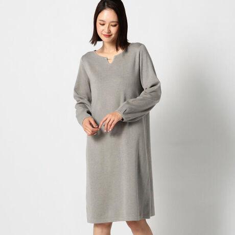 ミューズ リファインド クローズのウォッシャブルバー付きニットワンピース。これ1着でおしゃれかつ楽ちんなニットワンピース。ネックラインを大きくデザインした女性らしいキーネックは、バー付きでキラリ輝くアクセントを加えました。おうちでお洗濯できるウォッシャブル素材もポイントです。[型番:462000205451402]