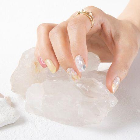 [型番:ISL0206-002]簡単!便利!可愛い!!爪に貼って硬化する「生ジェル ネイルシール」忙しい女性たちでも簡単にサロン級のジェルネイルが楽しめて、最新のデザインアートを体感できるネイルシステムです。■ロンドンブルートパーズブルーとシェルで涼しげな天然石ネイル■シトリンフルールビタミンカラーの天然石ネイル■カルサイトソレイユイエローとシルバーラメが華やかな印象に■ローズオーラパピヨンオーロラのように輝くシェルネイル■ストロベリークォーツ華やかなピンクに輝く天然石ネイル■ブルーフローライトブルー&ホワイトの天然石ネイル■ハウライトパルフェ上品カラーと大理石の大人ネイル■ブロンズルチルクォーツシェルとベージュの大人可愛いMIXネイル■トルマリンノワールブラックラメと天然石のMIXネイル●特許技術で液状ジェルを約35%硬化させた新素材のジェルネイル●ベースジェル、カラージェル、トップジェルをレイヤードしたリアルジェルを硬化させることで、ネイルサロンと同じような光沢・発色・持続性を高めました。●柔らかなジェルネイル成分のため、ネイルファイルがなくても爪で簡単に切ることができます。●ご使用方法・爪に油分や水分、汚れが付着していると剥がれやすくなりますので、爪の表面をキレイに拭き取ってください。・甘皮の処理をし、付属のファイルなどで爪の形や表面を整えるとよりキレイに仕上がります。・シートからネイルシールを剥がす際にはシートの外側部分を持って剥がしてください(1)製品を爪に合わせ、爪よりも少し小さめのネイルシールをお選びください。(2)キューティクルラインと1mmほどの余裕のあるところにネイルシールを貼ってください。(3)ネイルシールを貼って余りのネイルシールは爪の形に合わせて折ってください。(4)お好みの硬化方法をお選びください・寝る前に貼り、朝起きるまでに硬化・自然光で約2時間で硬化(自然光が多い室内と室外にて)・LEDライトで約30秒で硬化●長時間の水仕事や入浴をした場合、剥がれやすくなります。●開封後はなるべく早くご使用ください。●長時間、連続しての使用は避けてください。(1週間以内がお勧めです。)●剥がし方ウッドスティックでキューティクルラインからゆっくり押出しながら剥がしてください。※剥がしにくい場合はお手持ちのハンドクリーム等を塗ると効果的です。※UV&LEDライトを使用して硬化すると自然光で硬化するよりも剥がしづらい可能性がございます。