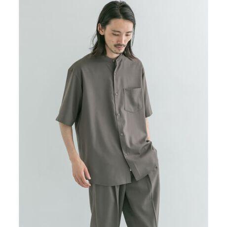 [型番:UR15-13B009]【URBAN RESEARCH 2021SS】夏のセットアップシリーズの組上バンドカラーシャツ。スーツ生地で使用される綺麗な梳毛により、ドレス感とカジュアル見えを兼備したクールなルックスが完成。袖丈はトレンド性のあるやや長めのスリーブに、フロントの着丈を調節し、着丈に前後差をつけることで脚長効果を実現させました。同時リリースのWASHABLEウールイージートラウザーとセットアップで着用可能。※この商品は素材の性質上、水や汗で湿ったまま長時間放置したり、摩擦することにより、他の物に色移りすることがありますのでご注意ください。※保管する際はハンガーにかけ、ゆったりとスペースをとって吊るしてください。※その他お取り扱いに関しましては、商品に付属のアテンションタグをご覧ください。※商品画像は、光の当たり具合やパソコンなどの閲覧環境により、実際の色味と異なって見える場合がございます。予めご了承ください。※商品の色味の目安は、商品単体の画像をご参照ください。-----------------------------透け感:なし伸縮性:なし裏地:なし光沢:なしポケット:あり-----------------------------