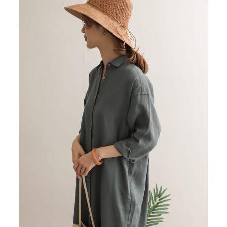 [型番:DR15-26M501]夏の必須素材・リネンで仕立てたベーシックなシャツワンピースは、後ろに入ったタックが程よくボリュームを与えてくれる雰囲気のある一着。ハリがありながらもしなやかな風合いで、洗えば洗うほど麻特有の落ちのある生地に馴染んでいきます。しっかりと長めの丈感は縦のラインを演出、ワンピースとしてだけでなくガウンのように夏の羽織りとしてや、ウエストマークでブラウジングすればスッキリとしたシルエットにも。シンプルながらも幅広くスタイリングできるアイテムになっています。-----------------------------透け感 : なし伸縮性 : なし裏地 : なし光沢 : なしポケット : あり-----------------------------※濃色品は、過度の摩擦や濡れた状態での摩擦で色落ちしたり、他の衣類や持ち物に色移りすることがあります。※長時間水に漬けておいたり、濡れたまま放置しないで、洗濯後はすばやく干してください。※その他お取り扱いに関しましては、商品に付属のアテンションタグをご覧ください。※商品画像は、光の当たり具合やパソコンなどの閲覧環境により、実際の色味と異なって見える場合がございます。予めご了承ください。※商品の色味の目安は、商品単体の画像をご参照ください。※比較対照価格はメーカー希望小売価格です。