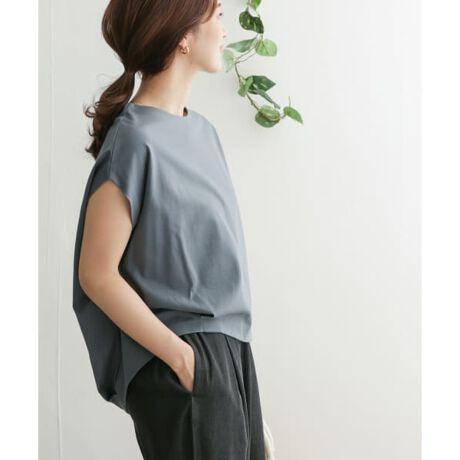 [型番:DR15-21M509]人気のタックカットソーが夏バージョンで入荷。前後に入ったタックが程よい立体感を出し、滑らかでキレイ見えする着心地の良いカットソー地を採用。更にフレンチスリーブが女性らしい雰囲気を演出してくれるので、Tシャツよりもカジュアルダウンしないアイテムです。前の着丈を短めに設定しているためフロントインもしやすく、ワイドパンツやギャザースカートにもバランス良く合わせることができます。《シリーズ》DR14-21M407 コットンタック7分袖プルオーバーDR14-21M404 コットンタックプルオーバー《KIDS展開あり》DR15-31B266 フレンチタックプルオーバー(KIDS)DR14-31B232 コットンタックプルオーバー(KIDS)※商品画像は、光の当たり具合やパソコンなどの閲覧環境により、実際の色味と異なって見える場合がございます。予めご了承ください。※商品の色味の目安は、商品単体の画像をご参照ください。-----------------------------透け感 :ややあり(OFF)伸縮性 :あり裏地 :なし光沢 :なしポケット :なし-----------------------------※比較対照価格はメーカー希望小売価格です。