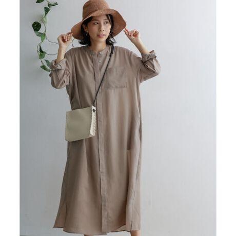 [型番:DR15-26U503]さり気ないシアー感のある軽いワンピースをスタンドカラーのシンプルなデザインでご用意しました。ゆったりとしたシルエットながらも落ち感のある生地は広がらず、体に沿うためスッキリとした印象に。透けはありますがインナーにペチコートを合わせれば単体でも着用でき、前を開けて羽織ればガウンのような着方も可能。淡い3色をセレクトし、麻の入ったエアリーな生地がレイヤードしても重さがないため、涼しげに夏のスタイリングを楽しむことができます。-----------------------------《スタッフ着用コメント》[スタッフA]年齢 : 30代前半, 身長 : 158cm, 体型 : 普通普段の着用サイズ : M ボトムスはSパーソナルカラー : ブルーベース 夏タイプ【着用カラー/サイズ】PURPLE/one【サイズ感】私の身長ですねの中間辺りの着丈になります。すとんと落ちたシルエットなのでスッキリと見えます。【素材感, 着心地】シアー感のある素材なので長袖でも重たい印象にならず、爽やかな印象になるワンピースです。とても軽いのでさらっと着ることができます。【その他】パッと華やかな印象になるPURPLEを選びました。夏はカラーものを取り入れてコーディネートを楽しみたいです。[スタッフB]年齢 : 30代前半, 身長 : 158cm, 体型 : ぽっちゃりのストレート骨格。普段の着用サイズ : トップスとボトムどちらもMサイズ。ボタンダウンのシャツやブラウスはLサイズの時もある。パーソナルカラー : イエローベース 春タイプ【着用カラー/サイズ】MINT/one【サイズ感】足首が少し見えるくらいの着丈です。身幅も余裕があり、妊婦さんにも着て頂けます。生地が薄いので小柄な方が着られても印象が重くなりにくいかと思います。【素材感, 着心地】サラッとした生地感で、冷房・日焼け対策に必須アイテムです!速乾性にも優れています。神経質すぎなければアイロン掛け不要でも着て頂けるような生地です。[スタッフC]年齢 : 20代前半, 身長 : 168cm, 体型 : 細身普段の着用サイズ : M ボトムスはMパーソナルカラー : ブルーベース 冬タイプ【着用カラー/サイズ】purple / one【サイズ感】サイズ感はちょうど良いです。丈感は私の身長だとふくらはぎくらいまであります。【素材感, 着心地】生地が柔らかく、とても肌触りが良いです。着心地良いです。【その他】ほんのりのパープルカラーが優しい雰囲気にしてくれるのでおすすめです。-----------------------------※商品画像は、光の当たり具合やパソコンなどの閲覧環境により、実際の色味と異なって見える場合がございます。予めご了承ください。※商品の色味の目安は、商品単体の画像をご参照ください。-----------------------------透け感:あり伸縮性:なし裏地:なし光沢:ややありポケット:あり-----------------------------※比較対照価格はメーカー希望小売価格です。