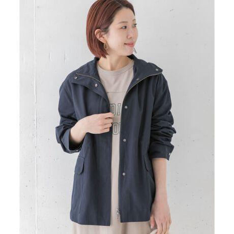 [型番:LA14-27K004]スタンドネックタイプのジャケット。軽くさっと羽織れて、持ち運びにも重宝するアイテム。ヒップが隠れる丈感でワンピースやワイドパンツなどとも相性◎ウエストのドロストをきゅっと絞れば女性らしいシルエットに。総重量 : 約480g※商品画像は、光の当たり具合やパソコンなどの閲覧環境により、実際の色味と異なって見える場合がございます。予めご了承ください。※商品の色味の目安は、商品単体の画像をご参照ください。-----------------------------透け感:なし伸縮性:なし裏地:あり光沢:なしポケット:あり-----------------------------