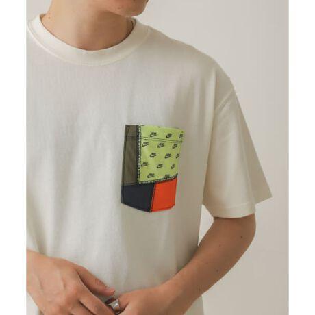 [型番:AZ16-11N038]このアイテムは、WEBと一部店舗での取り扱いです。ブレーザーをイメージした厚手のデザイン。stylingナイキ スポーツウェア ポケット Tシャツは、ブレーザー シューズのコラージュスタイル構造からインスピレーションを得たデザイン。サステナブルな混紡素材を使用したマックス90らしい重量感で、ゆったりとしたシルエットに仕上げました。この商品には、リサイクルポリエステル繊維、リサイクルコットン繊維、オーガニックコットン繊維を組み合わせたサステナブル素材を100%使用しています。サステナブル素材には、10%以上のリサイクル繊維または10%以上のオーガニックコットン繊維が含まれています。material【NIKE / ナイキ】ナイキ(Nike, Inc.)は、アメリカ合衆国・オレゴン州に本社を置くスニーカーやスポーツウェアなどスポーツ関連商品を扱うブランド。設立は1968年。由来は、同社社員のジェフ・ジョンソンが夢で見たギリシャ神話の勝利の女神「ニーケー (Nike)」から。イノベーションを意識したアイテム展開により、世界のトップを走るスポーツ&フィットネスカンパニーである。※この商品には、リサイクルポリエステル繊維、リサイクルコットン繊維、オーガニックコットン繊維を組み合わせたサステナブル素材を使用している為、色あい、風合いに個体差があります。※商品画像は、光の当たり具合やパソコンなどの閲覧環境により、実際の色味と異なって見える場合がございます。予めご了承ください。※商品の色味の目安は、商品単体の画像をご参照ください。-----------------------------透け感:ややあり伸縮性:ややあり裏地:なし光沢:なしポケット:あり-----------------------------