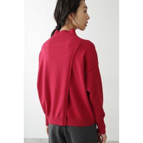 [型番:0770274010]たっぷり分量のプルオーバーです。衿リブも高めに設定しています。後ろ身頃が2重になっていて振らし状態にしているので 動きのあるデザインです。レイヤードをお楽しみください。身巾はたっぷりありますが裾に向かって絞っているので、着用したらスッキリ見えます。アクセントカラーのピンクが効いています。
