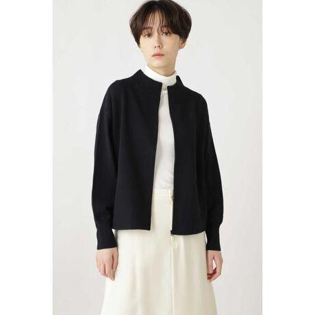 [型番:0770274011]ウール混の合繊を使用し表面がスッキリ見えるのが特徴です。≪arrive 5e≫のブルゾンでは身巾袖幅に分量を出し、シルエット、ボリュームに差をつけています。衿リブが広いのも特徴です。ファスナーは身頃と同色にし、ファスナーを閉めて着るとプルオーバー的に着ることも出来ます。