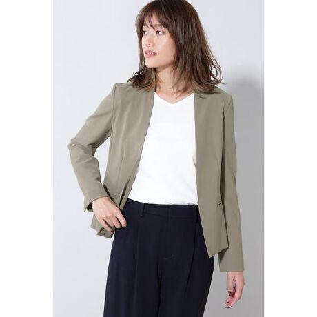 [型番:0219250818]細く伸縮性の高いハイマルチ糸を使用した2WAYツィル素材で仕立てたノーカラージャケット。適度な膨らみとハリ・コシが特徴です。 軽さにこだわって仕立てたジャケットです。きちんと感がありながらも暑い季節に気軽に羽織れて、着心地の良さも格別です。