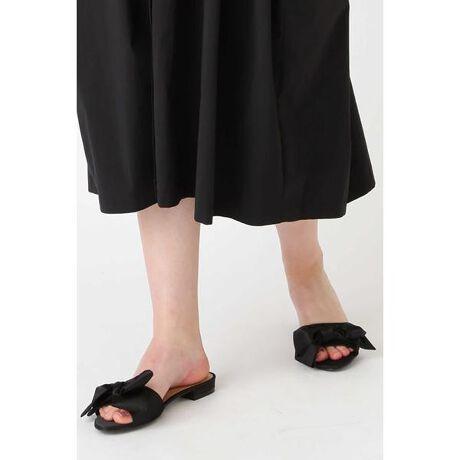 ジルスチュアートの◆サテンボウフラットサンダル立体リボンが可愛いフラットサンダル。サテン生地を使用したカラーが、品よく落ち着きのある印象です。アッパーのビッグリボンがポイントになり、安定したぺたんこソールで大人っぽく履けるデザインです。シックなブラックに加えて、差し色に効くベリーピンクや大人っぽいシャンパンカラーはどれもコーデのアクセントになります。[型番:0929185010]