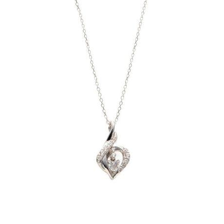 エステールの6月誕生石 シルバー ブルームーンストーン ハート ネックレス。ハートシェイプのブルームーンストーンが可愛らしいネックレス。存在感のあるデザインで、コーディネートのアクセントに。ご自分へのご褒美や、プレゼントにおすすめです。ムーンストーンは6月の誕生石です。石言葉は「恋の予感」「純粋な愛」。希望と愛、若さが秘められていると言われています。女性的なエネルギーの石なので、女性のお守りに最適です。【ATTENTION】※熱や紫外線、湿度の影響により変色や変質、劣化の恐れがございます。直射日光の当たらない場所での保管をお願いいたします。ご使用後は柔らかな布で汚れを拭き取ってから保管してください。※天然石は素材の特性により、色や形、風合いなどが画像と多少異なる場合がございます。また、多少のインクルージョンやクラックがある場合がございます。予めご了承ください。※天然石は他の宝石と比べて柔らかく傷がつきやすいため、衝撃や摩擦にご注意ください。また他のジュエリーと触れないように保管してください。※強い力を加えると変形の原因になりますのでご注意ください。[型番:0772-1466-0019]