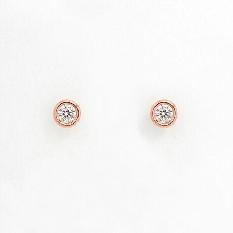 エステールの【WEB限定商品】K10 ピンクゴールド ダイヤモンド ピアス。【WEB限定商品】一粒のダイヤモンドがきらめくピンクゴールドのピアス。フクリン留めされることによってダイヤモンドが大きく見え、耳元にさりげないアクセントを加えてくれます。シンプルなコーディネートの日にひとつプラスするだけで、大人の女性ならではの魅力を引き立たせてくれます。ダイヤモンドは4月の誕生石です。石言葉は「清浄無垢」「永遠の愛」。心身を浄化し周囲にある邪気を払ってくれる力があるとされています。最大の幸福を呼び込むサポートとなってくれそうです。【ATTENTION】※熱や紫外線、湿度の影響により変色や変質、劣化の恐れがございます。直射日光の当たらない場所での保管をお願いいたします。ご使用後は柔らかな布で汚れを拭き取ってから保管してください。※天然石は素材の特性により、色や形、風合いなどが画像と多少異なる場合がございます。また、多少のインクルージョンやクラックがある場合がございます。予めご了承ください。※強い力を加えると変形の原因になりますのでご注意ください。[型番:0212-1073-0022]