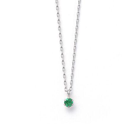 エステールの5月誕生石 プラチナ エメラルド ネックレス。身に着けることで幸せを呼ぶといわれている誕生石。いつでも身に着けていられるようにシンプルな一粒のネックレスをご用意いたしました。胸元にさりげない彩りを添える、洗練されたデザインです。お守りジュエリーとしてあなただけの特別な一本になりますように。エメラルドは5月の誕生石です。石言葉は「幸運」「幸福」。神秘的な輝きを放つエメラルドが幸運をもたらしてくれます。また、愛の力が強く恋愛成就に効果があると言われています。【ATTENTION】※熱や紫外線、湿度の影響により変色や変質、劣化の恐れがございます。直射日光の当たらない場所での保管をお願いいたします。ご使用後は柔らかな布で汚れを拭き取ってから保管してください。※天然石は素材の特性により、色や形、風合いなどが画像と多少異なる場合がございます。また、多少のインクルージョンやクラックがある場合がございます。予めご了承ください。※天然石は他の宝石と比べて柔らかく傷がつきやすいため、衝撃や摩擦にご注意ください。また他のジュエリーと触れないように保管してください。※強い力を加えると変形の原因になりますのでご注意ください。[型番:0452-2473-0019]